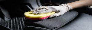 Hoe vlekken en kringen uit bekleding auto verwijderen?
